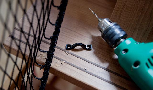 階段 転落防止ネット 取り付け作業